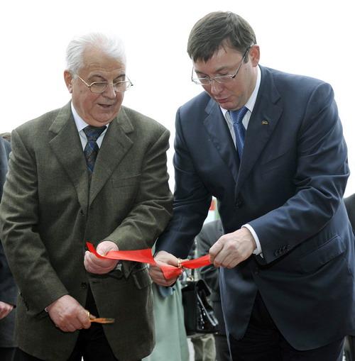 Л.Кравчук та Ю. Луценко в урочистий момент перерізання стрічки