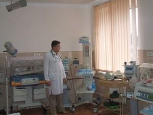 Ілля Кошурба оглядає нове обладнання