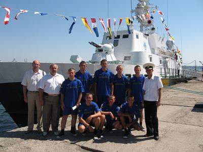 Біля прикордонного корабля «Буковина» ( Микола Подільчук другий зліва)