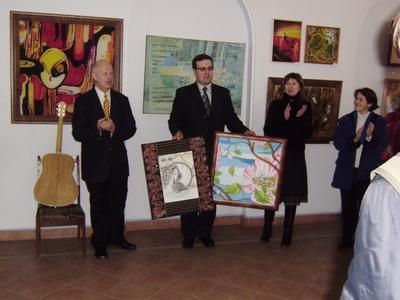 Валерій МИХАЙЛЕНКО (зліва) передає картини Сергію КАРМАЛЮКУ