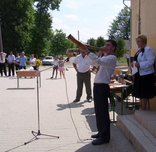 Олег ФОКШЕК грає на шести гуцульських музичних інструментах