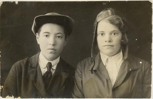 Праворуч авторка спогадів Олена  ЛЕБЕДИНСЬКА, фото 30-х років