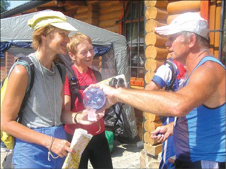 Олену Лисенкову й Тетяну Онопрієнко зустрічає на фініші з водою, як й усіх інших,  Микола Кочубей
