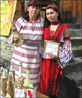 Хрещениця Марії Шпентюк (зліва) Галя Копчук уже талановита майстриня. Недарма ж вона з роду всевітньо відомого різьбяра Шкрібляка