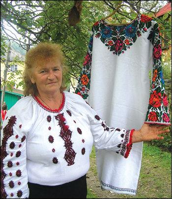 Травниця Олена Томнюк ходить за зіллям високо у гори. А ще вона збирає коломийки, колядки та лікувальні примовки