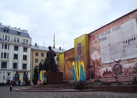 Святкова і урочиста Центральна площа