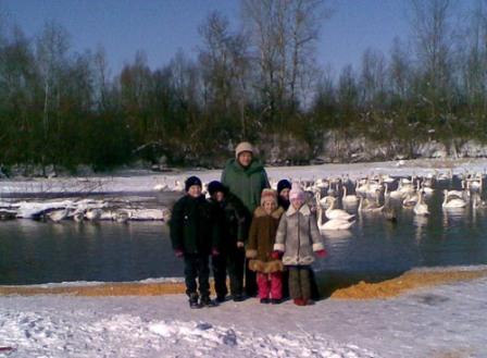 Олександра Харина, учні Чорторийської школи доставили на озеро зерно. 2.02.2010. Фото від Олександри Хариної.