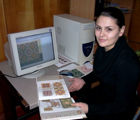 Катерина Мельничук з книгами про Г. Гараса