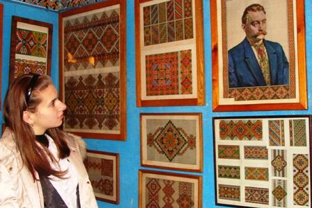 Світлана Бубнова, учениця 9 класу Вашківецької школи, розглядає вишивки і картини Г.Гараса