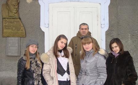 Юлія Хачман, Світлана Бубнова, Микола Мар'янчук( з родини Гарасів), Юля Данилюк, Таня Зав'ялець (зліва направо) біля музею Г. Гараса