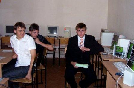 У фотоархіві знайшла таке шкільне фото. Юрій Галій захищає свій програмний проект на державній підсумковій атестації з інформатики.  14. 06. 2008 року.