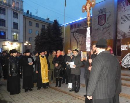 18 лютого 2014 р. Центральна площа Чернівців. Під час виступу на мітингу зачитав заяву від Нарради