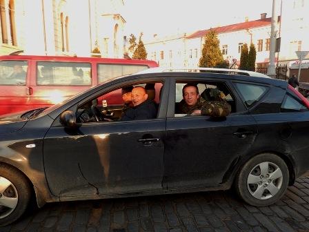19 квітня ми ходили в гості до підрозділу «Буковинська сотня за свободу», що розташований на вулиці Шевченка, 41 - http://versii.cv.ua/pohlyad/velika-subota-v-gostyah-u-bukovinskoyi-sotni-za-svobodu/27980.html. В церкві ми сьогодні не зустрілися, але наші шляхи перетинулися)).