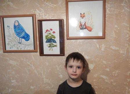 """Юний художник Сашко вибрав малюнок риби з парасолею і червоними квітами. """"Рибі добре, вона живе у воді, їй не жарко..."""