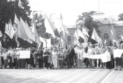 Біля Верховної Ради народ вимагав прийняти закон про люстрацію. На мітингу були й буковинці