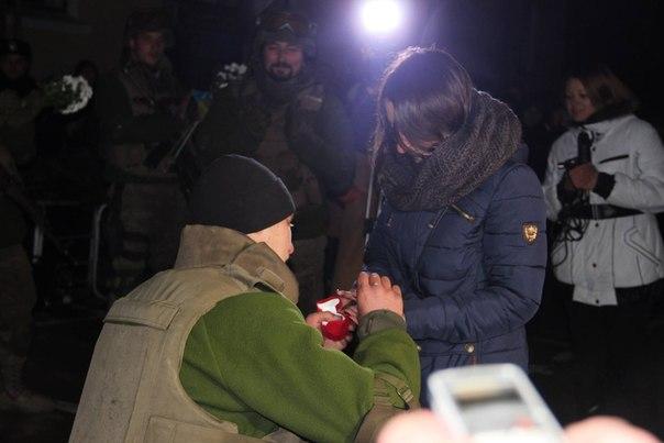 Боєць Нацгвардії попросив руки своєї коханої на плацу військової частини