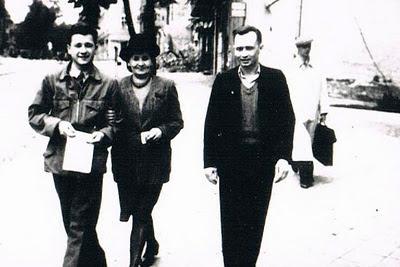 Tadeusz Borowski z rodzicami, Olszyn, 1946 rok.  Z blogu Płaszcz zabójcy.