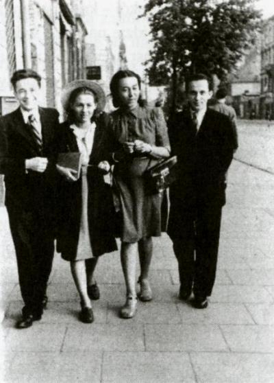 Tadeusz Borowski (pierwszy z lewej) i Maria Rundo (trzecia z lewej) na warszawskiej Pradze, 1941 rok. Z blogu Płaszcz zabójcy