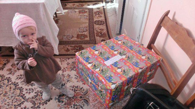Маленька Наташа отримала новорічні подарунки з Німеччини