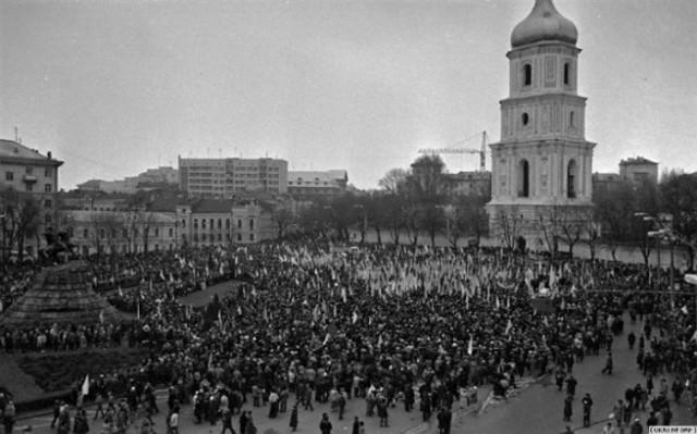21 січня 1990, Київ. «Живий ланцюг» як символ єдності східних і західних земель України та знак вшанування подій Першої української незалежності.