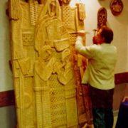 Заслужений художник України Ярема Полатайко працює над твором «Родина». Фото