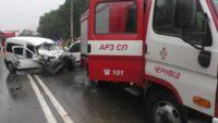 Постраждалого у ДТП чоловіка довелося витягати з авта рятувальникам