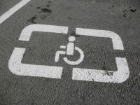 Власників стоянок зобов'язали облаштувати паркомісця для людей з інвалідністю