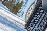Не поспішайте змінювати зимові шини на літні, радять автомеханіки