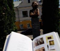 Пам'ятник поетесі Розі Ауслендер відкрили у Чернівцях