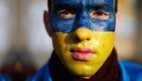Скандал у Польщі: працівників-українців змушують носити синьо-жовту уніформу