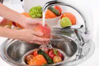 Три продукти, що їх не можна мити – і три продукти, які мити обов'язково