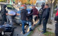 На гарячому взяли поліцейських, які за хабар закривали очі на контрабанду цигарок